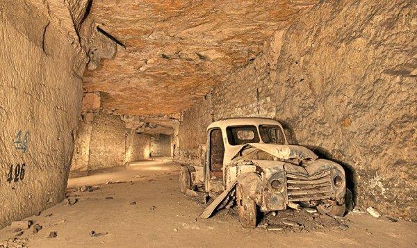 Galerie bétonné et numéroté des V1 et vieux camion