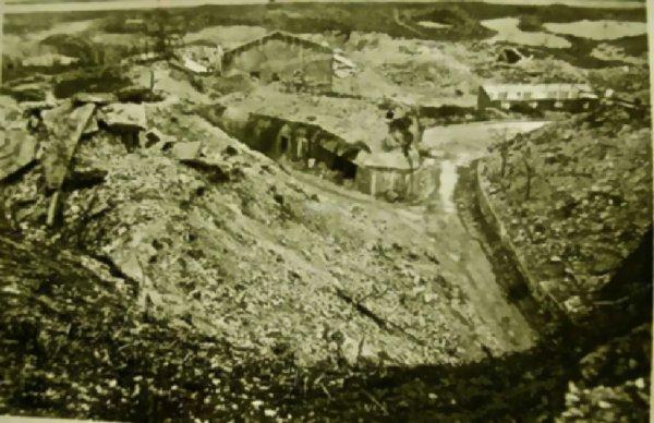 Vue sur le bunker de l'entrée du couvent et les restes de construction après les bombardements de 1944