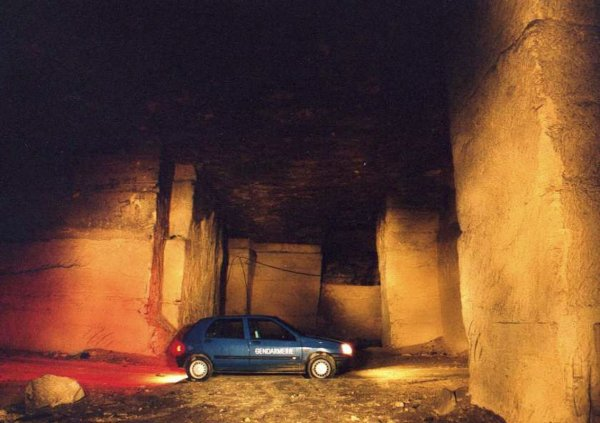 Clio Gendarmerie dans les galeries de la carrière souterraine