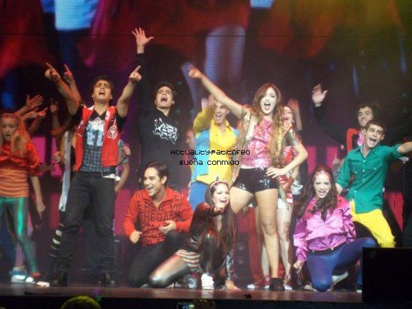 _ Le cast de Sueña Conmigo était en concert vendredi et hier au théatre '' gran rex ''. et vu les photos des fans leurs show devait être GÉ-NI-ALE !  _