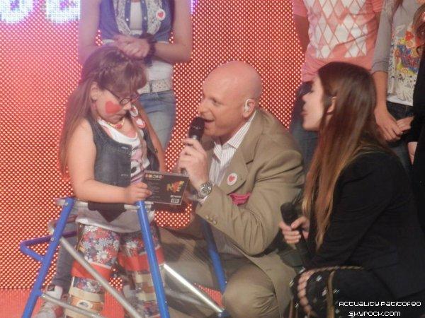 _ 3/12 Eva en Uruguay spécialement pour assister au Téléthon et faire une surprise à une petite fille malade. _