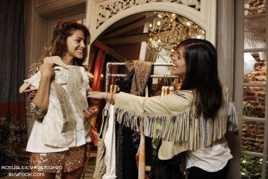_ Calu fessant du shopping avec sa soeur dans la boutique Rapsodia. _