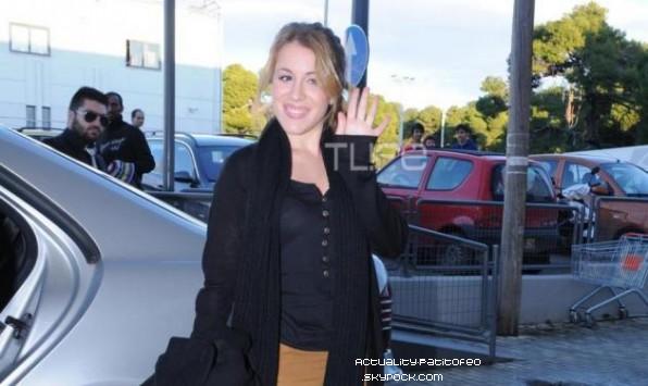 _ 20/12 Après son passage dans l'émission 'Proino mou'' Laura a fait une séance de dédicasse dans un célèbre magasin de jouets à Athènes elle a aussi  '' Chanter ''  C'est deux chansons Giro Giro et Locura. _