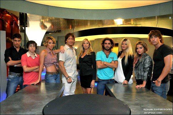 """_ Nouvelle affiche où apparait Brenda pour le centre d'esthétique """"Clider"""".+ Une photo avec les acteurs de """"Los Unicos""""  _"""
