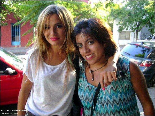 _ Brenda dans les rues de Buenos Aires signant des autographes._ TOP OU FLOP ?  _
