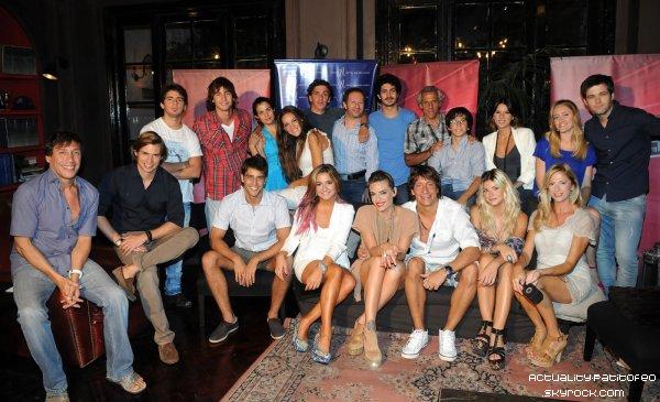 _  Candid15/02 Juan, Brenda et leurs co-stars de los Unicos se s'étaient réunit au restaurant de l'hotel Ultra pour regarder ensemble le premier épisode de la saison 2 de los Unicos. _