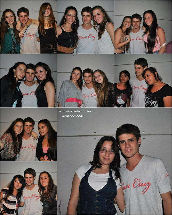 _   _ Gaston dans une boite à Arequito ( Argentine ) posant avec des fans.  _ _