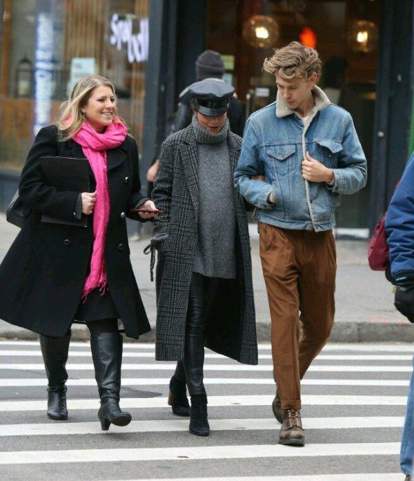 Vanessa fait une promenade avec austin butler et poste des photos