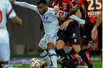 """Depuis le debut du championnat, Lacazette c'est 10 buts et 4 passes décisives ! Meilleur joueur de la ligue 1 et dit """"roi de la ligue 1"""" par Pierre Menes !"""