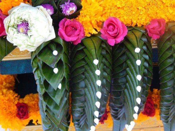 deco de fleurs au temple des boudhas en thailland superbe travail jai admire