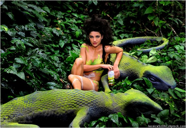 ___SOBE Lifewater : WILD !___ Jessica est la nouvelle égérie de la marque de limonade SoBe, succédant à Ashley Greene. A cette occasion, un photoshoot sur le thème de la jungle tropicale, à été réalisé au Costa Rica. On y retrouve une Jessica nue, recouverte partiellement de peinture, lui donnant l'apparance d'une femme à moitié animale, sauvage mais séduisante . Que pensez-vous de ce photoshoot ? Est-elle une bonne ambassadrice ?