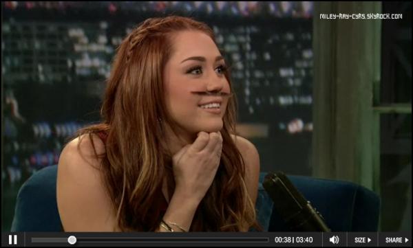 4.02.11 » Comme prévue Miley était invitée à l'émission « Late Night with Jimmy Fallon » hier (3 mars) pour parler de l'émission « Saturday Night Live » qu'elle présentera le 5 mars. Voici la vidéo, & quelques photos.