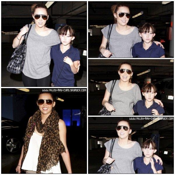 >> Miley s'est rendu le 18 mars au centre commercial avec sa soeur Noah (Je keaaf son écharpe) +le 19 mars au supermarché Whole Foods à Sherman Oaks, CA pour faire quelques courses.