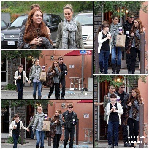 27.03.11•The Cyrus Family ! Et oui, c'est avec le sourire qu'on retrouve toute la petite tribu allant chez Coffee Bean à LA.