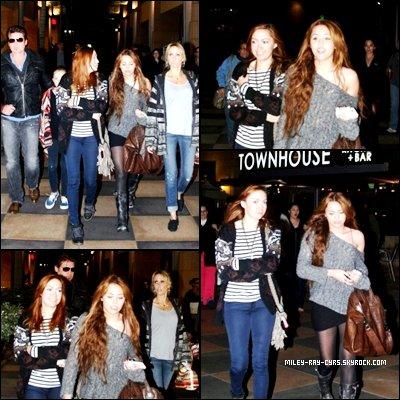 ◊3.04.06 : Miley était de sortie avec sa famille à Sherman Oaks.  Mais ou sont Braison et Trace ? Coté tenue, ça seras un BIG TOP pour moi, elle est juste sublime ♥.
