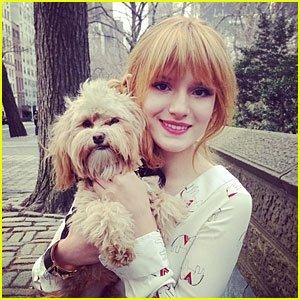 Bella & Olivia sortant de leurs hôtel et se baladant dans New-York le 30 mars 2013.