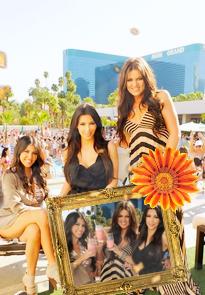 """bienvenue sur ce blog """" the-kardashian-fan """" qui est sur la famille kardashian qui concerne surtout Kim Kardashian,  Khloé Kardashian et Kourtney Mary Kardashian , Si tu veux être prévenue des news tu peut t inscrire a ma newsletter  !"""
