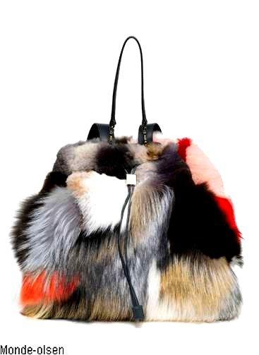Le sac en fourrure de Mary-Kate et Ashley Olsen fait un gros flop. La preuve, c'est que le magasin Barney's l'a soldé de 6 000 dollars par rapport au prix initial !