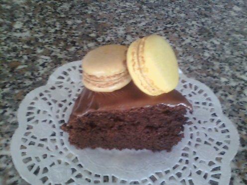un moelleux au chocolattt avec ses macaron café et citron