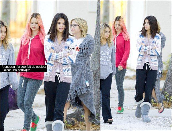 . 05.03.12 | Selena et ses co-stars arrivant sur le set de leur nouveau film de manière très décontracté !  .
