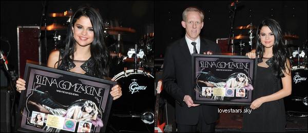 """.  18.04 Selena a fait un concert surprise au """"The El Captain"""" et puis elle a reçu un disque d'or pour WTSGD à LA. + Nouvelle version du clip Hit the Lights, qui est une version plus sexy !   ."""