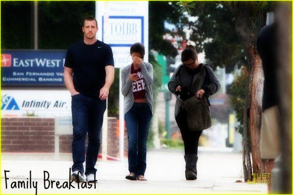 Selena a pris un petit-déjeuner en famille à Encino en Californie le Samedi 24 Septembre 2011 . Tenue très décontractée . TOP ? FLOP ?