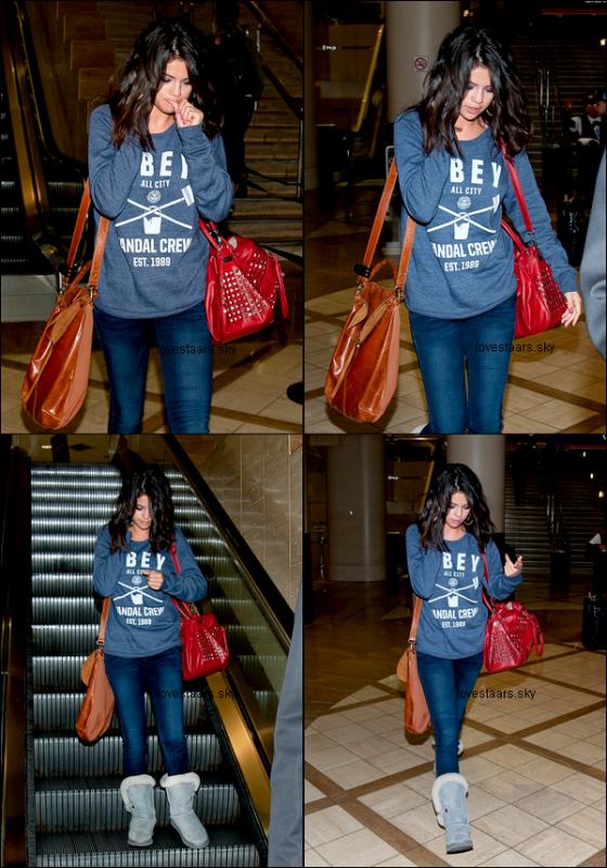 . 01.03.12 | Selena allant acheter des starbucks en compagnie de Ashley B. et Vanessa H.  en Floride. .