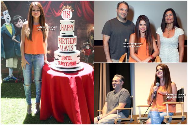"""- 25 / 12 / 12  Selena Gomez à la conférence de presse pour le film """"Hôtel Transylvanie"""". TOP/BOF/FLOP. Selena était habiller d'un jolie haut orange, d'un jean slim et de magnifique bottes grises à talons. Perso, j'adore !... -"""