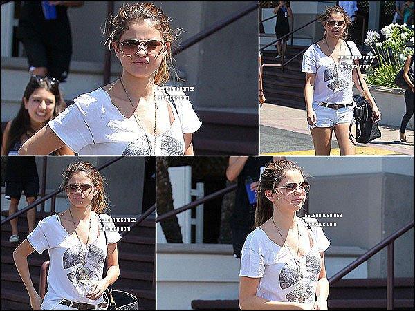 23/07/12 - Selena as était aperçu en quittant un restaurant japonais. Elle a ensuite rejoind Justin et des amis pour aller au Cinéma.  TOP, BOF ou FLOP la tenue ?
