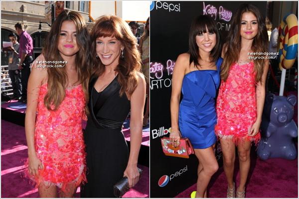 """- 26 / 12 / 12   Hier, Selena était à l'avant-première du film: """"Katy Perry : Part Of Me"""" à Hollywood (USA). Selly a poser aux côtés de Carly Rae Jepsen et de Kathy Griffin au Grauman's Chinese Theatre dans Hollywood....!   -"""