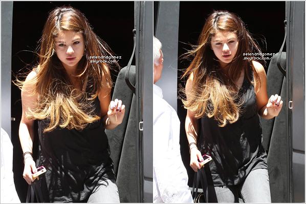 - 07 / 07 / 12  Hier, Selena Gomez a était photographier allant acheter des sushis à Encino.. Elle a était aperçues en compagnie de la belle Francia Raisa. Comment trouves-tu sa tenue? Top. -