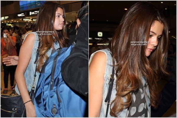 - 09 / 07 / 12  Hier dans l'aprés-midi, Selena est arriver a l'aréoport de Narita en compagnie de Justin. Comme vous le voyez, elle est partit avec Justin a Tokyo, au Japon, pour la promotion de l'album BELIEVE...!  -