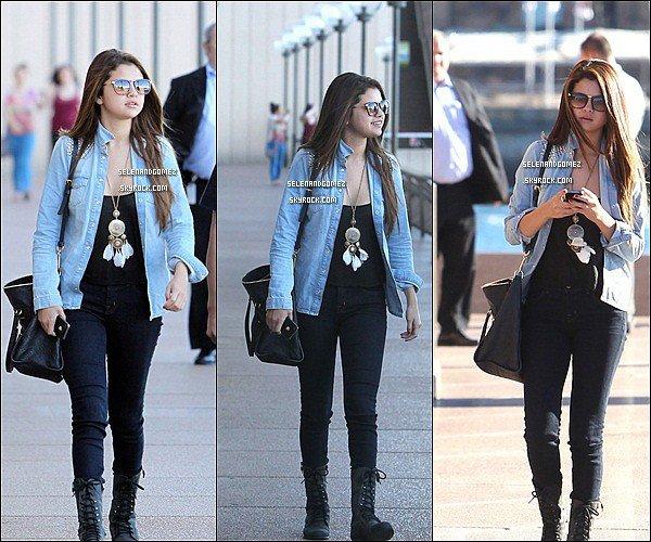 - 17 / 07 / 12   Selena a été vue faisant du shopping au Bondi Beach, Sydney. Elle et très jolie et j'aime beaucoup son collier long qui lui va particulièrement très bien.   -