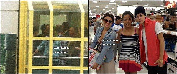 - 22 / 07 / 12 S. et Justin  étaient dans un supermarché pour faire quelques emplettes. Selena était habiller d'un jolie débardeur blanc avec des motiffe, sa veste la mais très en valeur, et le bas on ne voit pas.