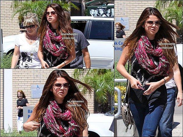 24/07/2012 - Selena a était vue en compagnie de ses grand-parents se promenant  a Los Angeles. Top ou Flop ?