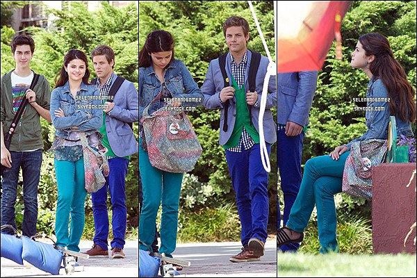 """3 Aout 2012 - Selena a été aperçu sur le tournage de son nouveau film """"Feed The Dog"""".."""