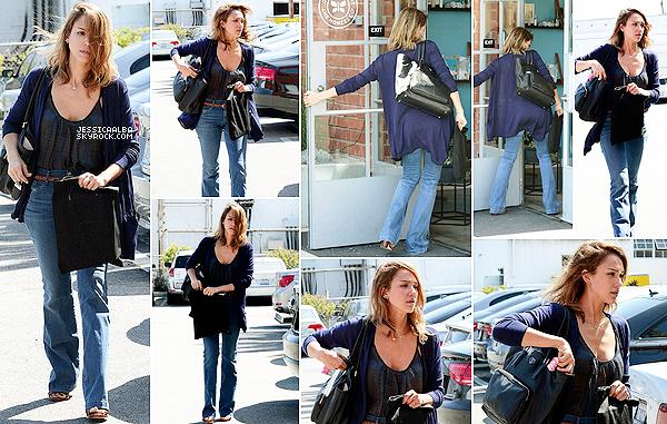 03.04.2014 - Après plusieurs jours sans nouvelle, Jessica a été vue aux bureaux de The Honest à Santa Monica.Jessica à l'air vraiment fatigué sur ces photos, elle était peut etre malade en tout cas, tenue basique et correct je trouve.