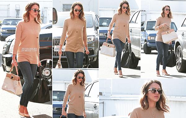 11.02.2014 - Jessica Alba s'est rendue tranquillement a son travail dans Honest Company à Santa Monica.Très belle tenue, simple mais avec plein de basique qui font leur preuve, dommage que Jessica n'est pas le sourire.