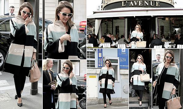 """02.03.2014 - Jessica, toujours à Paris est allée déjeuner au Restaurant """"L'avenue"""" dans les beaux quartiers. Puis elle a été retirer de l'argent à la poste. Et bien Jessica ne souhaite plus partir de Paris, ça signifie d'autres défilés en vue."""