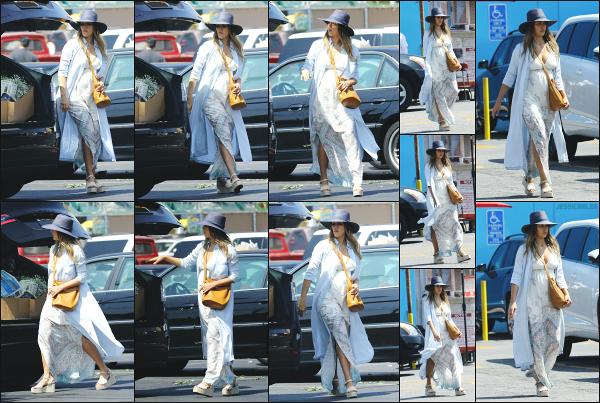 - 26.08.17 ─ Notre ravissante Jessica Alba  est photographiée, allant chez le fleuriste dans les rues de Los Angeles ![/s#00000ize]Sur ses clichés, on peut réellement voir le ventre de Jessica qui prend forme ainsi que sa poitrine qui augmente pas mal ! Je lui accorde un très beau top. -
