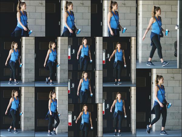 - 02.09.17 ─ La ravissante Jessica Alba est photographiée dans le parking d'une salle de sport à Los Angeles ! (CA) [/s#00000ize]Jessica portait une tenue de sport très simple, mais dans laquelle on peut bien apercevoir son petit ventre qui gonfle de jour en jour. Pas très souriante !  -