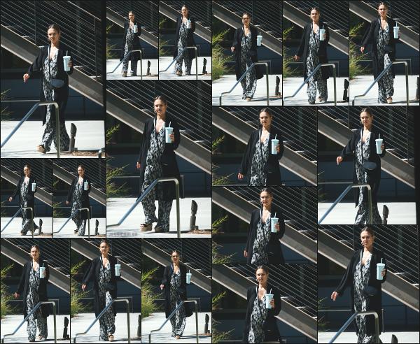 - 05.09.17 ─ Notre ravissante Jessica Alba est photographiée, alors qu'elle quittait un meeting dans -Los Angeles ![/s#00000ize]C'est donc dans les rues de Los Angeles, une boisson à la main que nous la retrouvons ce jour là ! La tenue est sympa, totalement dans son style. Un top -