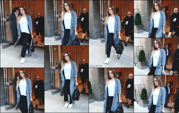 - 08.09.17 ─ La ravissante Jess' est photographiée, quittant l'hôtel « Edition » dans le quartier de Soho à New York ![/s#00000ize]Jess était dans une toute autre tenue que le matin même, un peu plus classique mais tout aussi jolie je trouve. C'est donc de nouveau un très beau top !  -