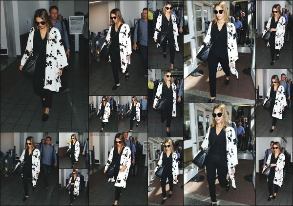 - 30.08.17 ─ La ravissante Jessica Alba est photographiée alors qu'elle arrivait à l'aéroport « LAX » de  Los Angeles ![/s#00000ize]Jessica s'envole pour une destination encore inconnue, nous en sauront certainement d'avantage dans les prochains jours. J'aime la tenue qu'elle porte !! -