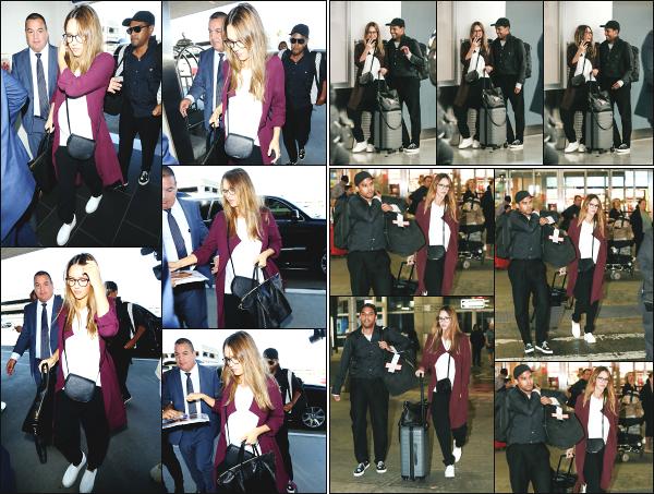 - 06.09.17 ─ La ravissante Jessica Alba est photographiée alors qu'elle arrivait à l'aéroport « LAX » de  Los Angeles ![/s#00000ize]Après avoir prit son vol en direction de New York, c'est bien entendu a l'aéroport JFK que nous la retrouvons avec son beau frère ! Une tenue sympa, top -