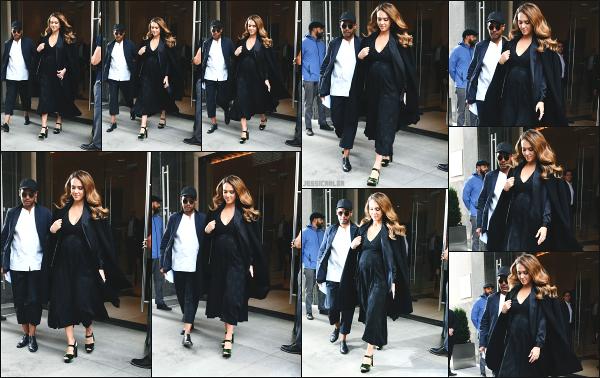 - 07.09.17 ─ La ravissante Jessica A. est photographiée, quittant l'hôtel « Edition » avec son beau frère à New York.[/s#00000ize]C'est de nouveau en compagnie de son beau frère que nous retrouvons Jessica, quittant son hôtel dans New York ! J'aime bien la tenue qu'elle porte. Top  -