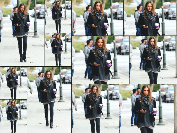 - 03.01.17 ─ Notre Jess Alba est photographiée alors qu'elle venait d'aller se chercher un café dans Santa Monica ! [/s#00000ize]C'est cette fois seule que nous retrouvons Jessica, ce qui est plutôt rare car elle est souvent avec ses filles. Je trouve que c'est une très belle sortie. Top ! -