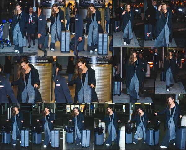 - 22.01.17 ─ Notre Jessica Alba est photographiée alors qu'elle venait d'arriver à l'aéroport JFK dans New York City. [/s#00000ize]Après plusieurs jour sans nouvelle de notre belle Jessica, nous la retrouvons enfin arrivant à l'aéroport.  Elle portait une tenue vraiment très simple ! Flop -