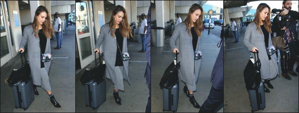 - 24.01.17 ─ Jess' Alba est photographiée avec une amie à elle, allant dîner dans un restaurant en plein New York ! [/s#00000ize]Jessica profite de ses derniers moment à New York pour passer la soirée avec une amie à elle ! Le 25, Jess est aperçue a l'aéroport LAX de Los Angeles ! -