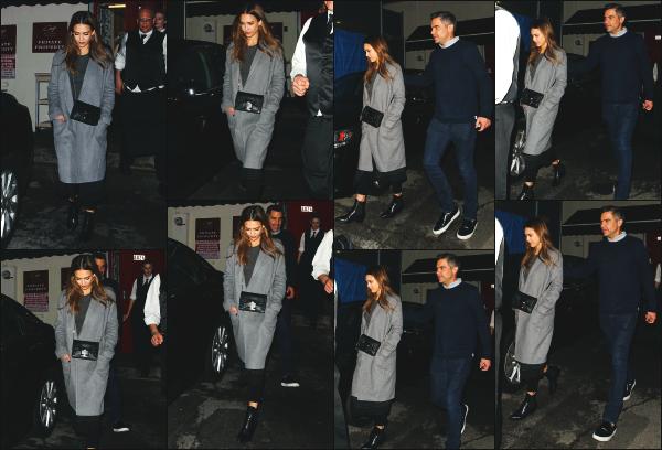 - 03.02.17 ─ Notre Jess Alba est photographiée alors qu'elle quittait le restaurant « Craig » dans West Hollywood ![/s#00000ize]Jessica était cette fois en compagnie de son mari, les deux amoureux profitait d'une soirée seul sans leur deux petites filles ! Jolie top pour cette sortie.  -